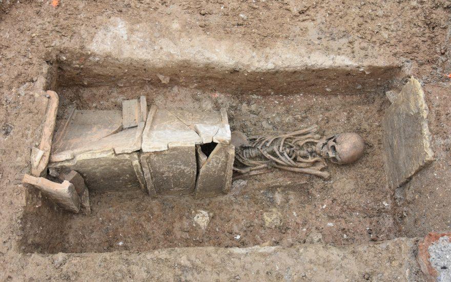 1m30 pour voir comment on fouille une sépulture