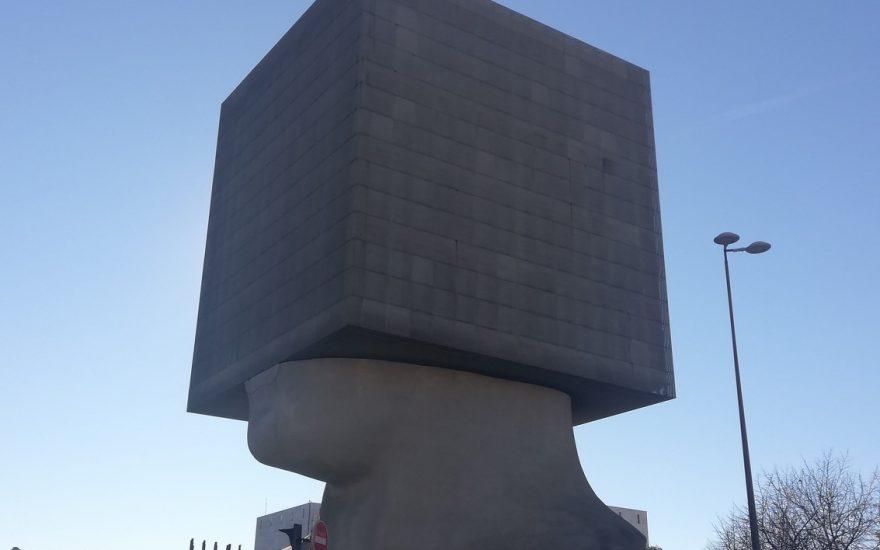 La Tête Carrée de Sacha Sosno, une sculpture habitée